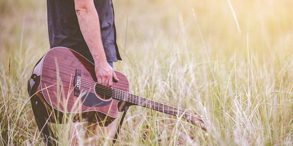 Puisis ar ģitāru
